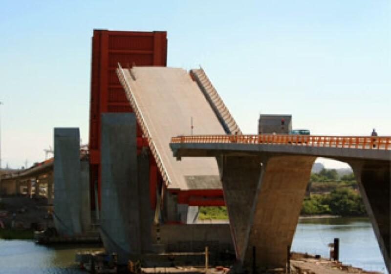 El puente basculante Albatros está ubicado en el puerto de Lázaro Cárdenas, Michoacán. (Foto: )