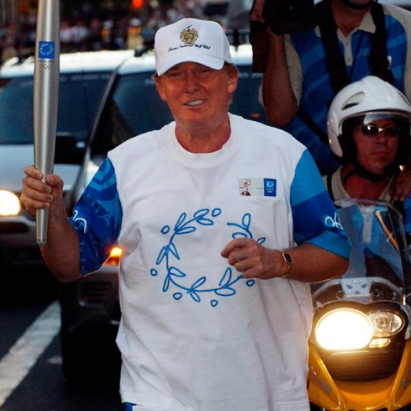 Donald Trump corrió con la llama olímpica en California para las olimpiadas de Atenas 2004.