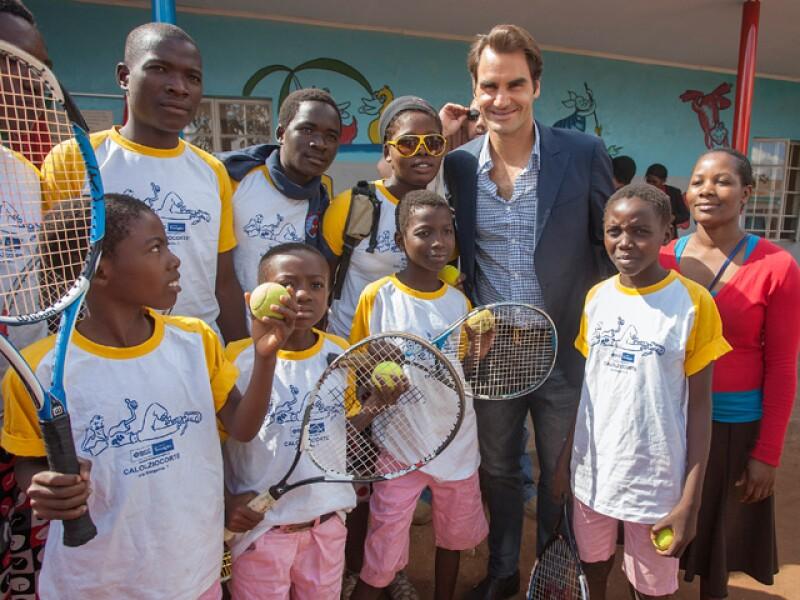 Roger Federer junto a un equipo de tenis en el Centro de cuidado de niños en la comunidad Lundu después de su inauguración.