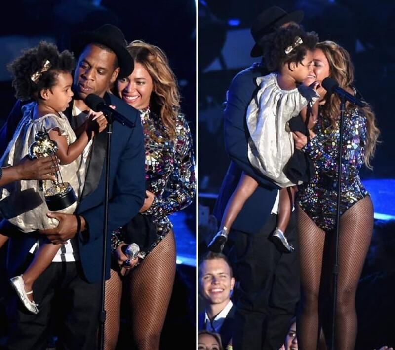 Se trata del galardón que lleva el nombre del rey del pop, por lo que el productor y su pequeña hija subieron al escenario para entregar personalmente a mamá el afamado `Michael Jackson Award´.
