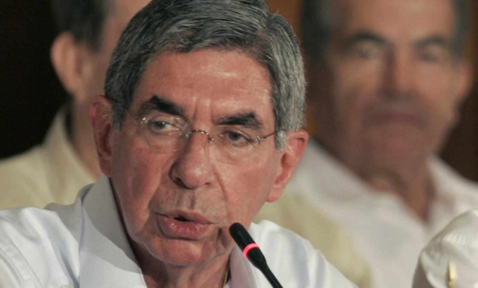 El presidente de Costa Rica, Oscar Arias, fue diagnosticado con el virus de gripe H1N1 el 11 de agosto. El mandatario fue puesto en cuarentena inmediatamente, aunque está bien.