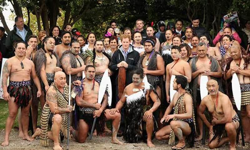 Los miembros de la etnia polinesia se mostraron amables con el quinto en la línea de sucesión al trono británico.
