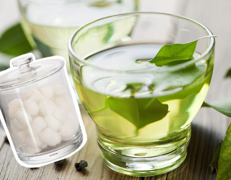 El té verde ayuda a que los folículos se limpien, fomentando el crecimiento de las pestañas.