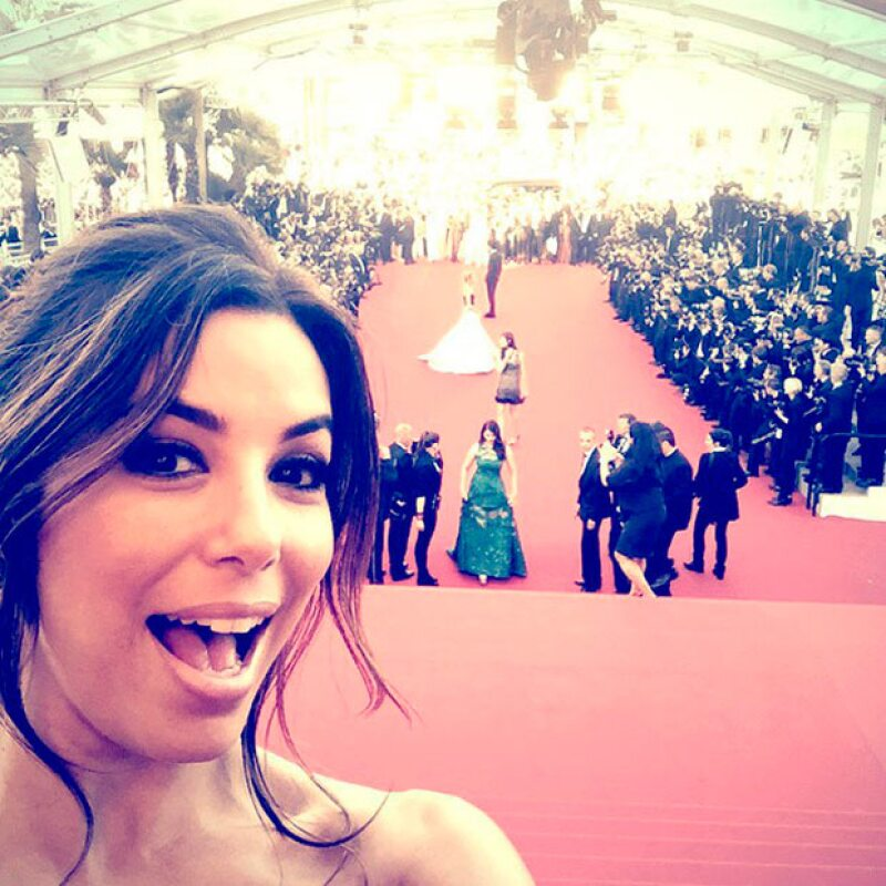 Como Salma, Eva también rompió las reglas con la selfie en Cannes.