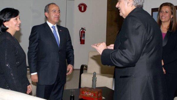 El presidente Felipe Calderón, acompañado de su esposa Margarita Zavala, y de la Gobernadora de Zacatecas; Amalia García, dialogaron con el tenor Plácido Domingo, momentos antes de su presentación.