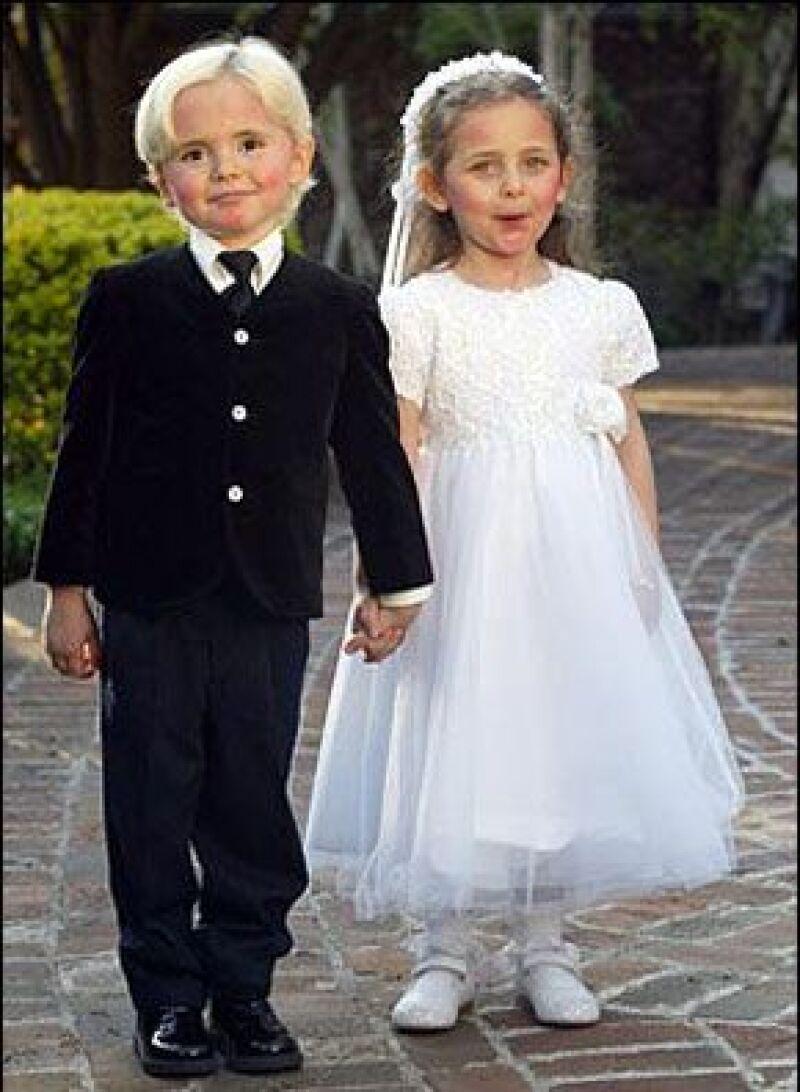 Un sitio web británico difundió algunas fotografías familiares del Rey del Pop en donde se nota feliz al lado de sus hijos: Prince Michael, de 12, Paris Michael, de 11 y Blanket, de siete.