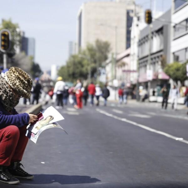 Mientras aguardaba para ver el papamovil, este mexicano decidió ponerse a leer