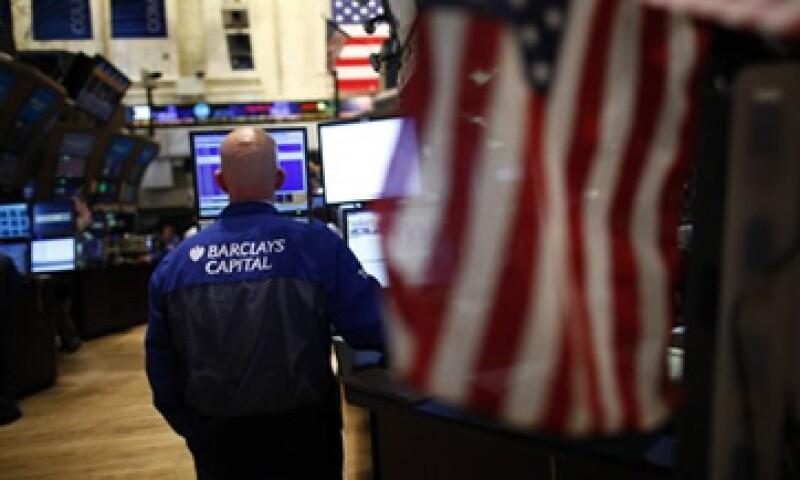 Los mercados accionarios operan con fuertes pérdidas a media jornada del miércoles. (Foto: Reuters)