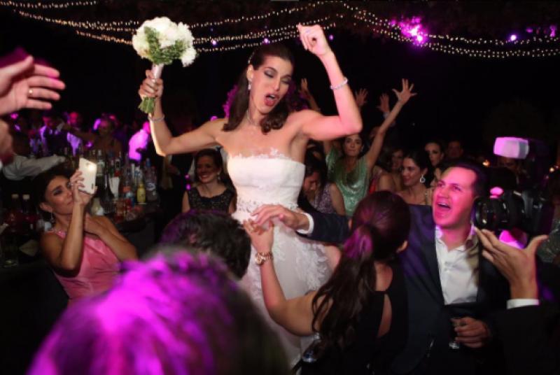 LLegó el momento para la novia de aventar el ramo.