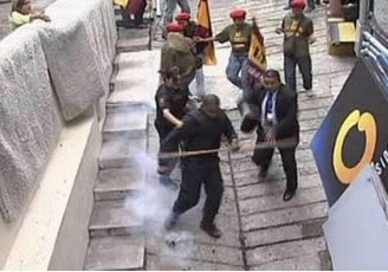 El grupo arrojó gases lacrimógenos a las instalaciones de Globovisión. (Foto: Reuters)