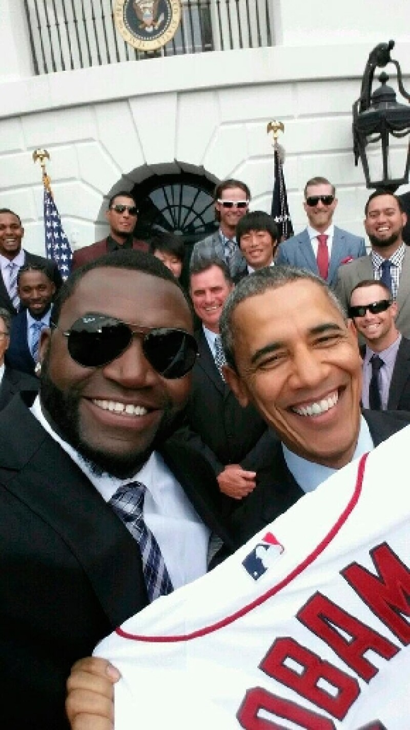 """La polémica inició luego de que el jugador de béisbol David """"Big Papi"""" Ortiz, quien tiene un patrocinio con una marca de celulares, se fotografió con el presidente de Estados Unidos."""
