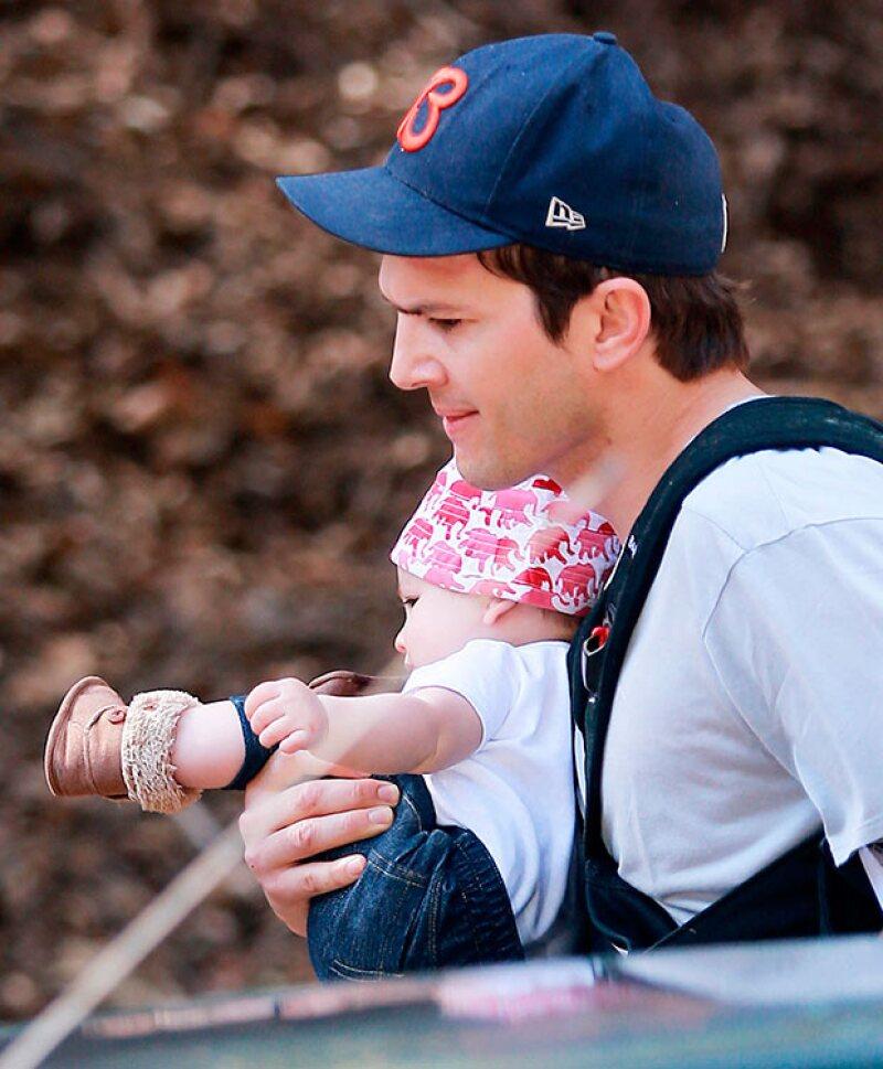 Ashton Kutcher durante un paseo en el que por primera vez fue fotografiada su hija Wyatt Isabelle.