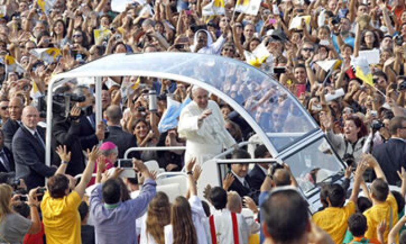 Unas 20,000 personas entonan lo que Francisco llamó una oración por el trabajo.  (Foto: Reuters)