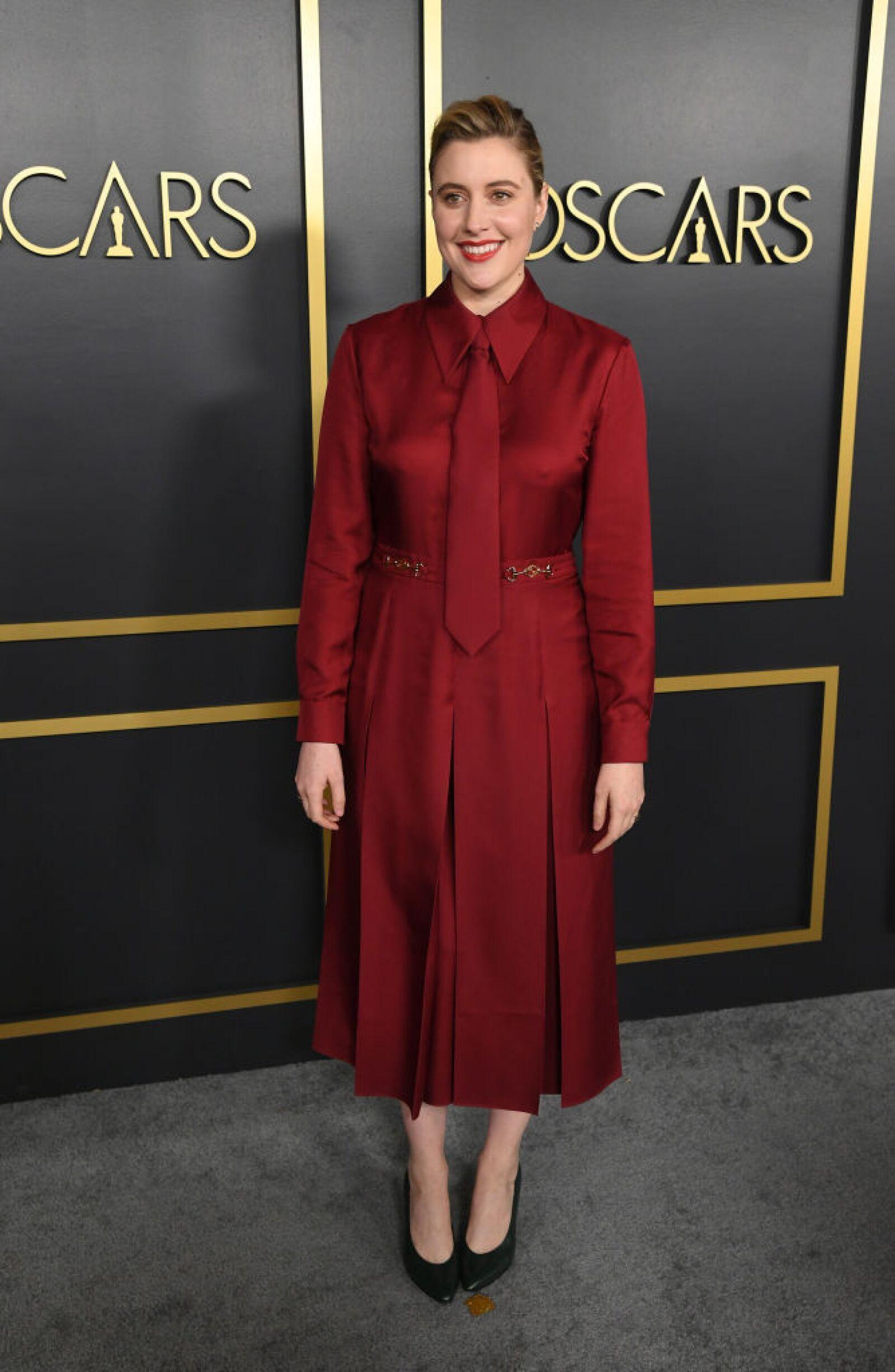 Greta Gerwig llevó la corbata a otro nivel con un Gucci look en color vino