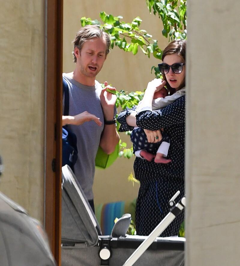La actriz fue captada con el pequeño Jonathan en Los Ángeles a un mes del nacimiento del bebé.