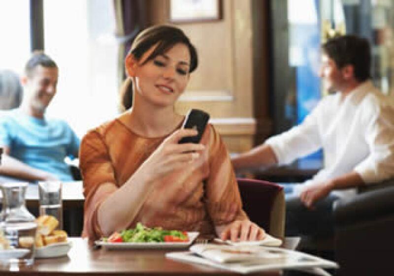 Operadores en Europa y Estados Unidos lanzarán proyectos de pago por celular a gran escala este año. (Foto: Jupiter Images)
