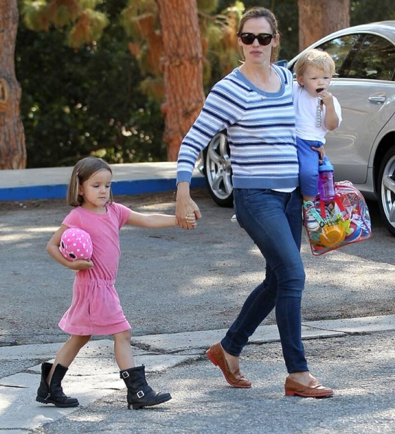 """La actriz fue captada en un parque de Los Ángeles divirtiéndose con sus tres pequeños y luciendo una """"misteriosa"""" pancita."""