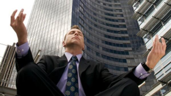 Mejorar la productividad y la concentración son algunos de los beneficios de practicar yoga en la oficina. (Foto: Getty Images)