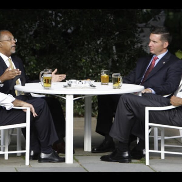 El jueves en la Casa Blanca, el presidente Barack Obama y el vicepresidente Joe Biden se tomaron unas cervezas con el profesor  de Harvard Henry Louis Gates y el sargento policial James Crowley, para resolver conflictos raciales entre el académico que es