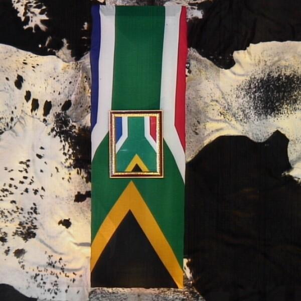 ataúd de Nelson Mandela cubierto con la bandera de Sudáfrica