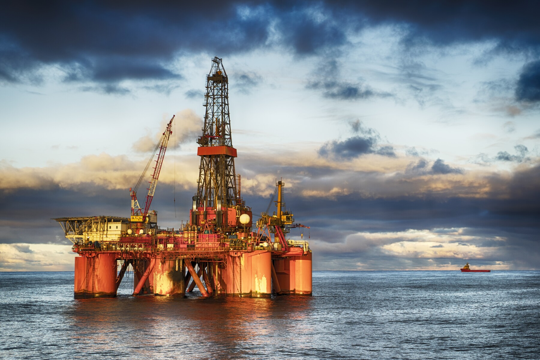 HDR of Offshore drilling rig at day