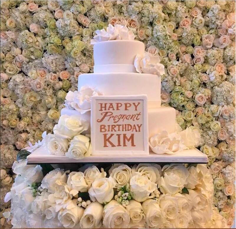 Fueron muchas las sorpresas con las que Kanye complació Kim, una de ellas este bello pastel.