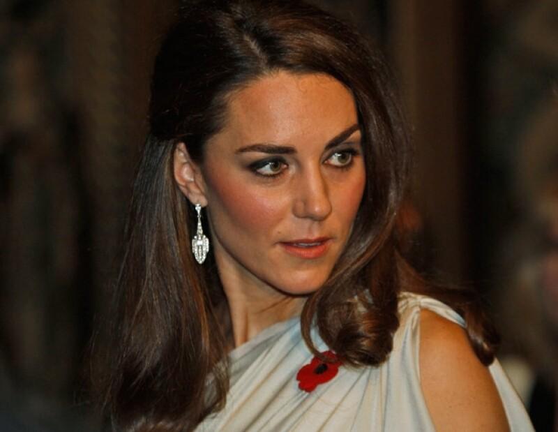 La Duquesa de Cambridge asistió a la cena del ` National Memorial Arboretum´ donde se veía muy guapa en un vestido color plata.