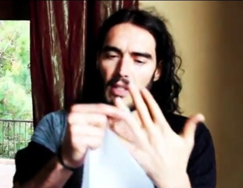 El aún esposo de la cantante Katy Perry, mostró en un video cómo es que se quitó el anillo de casado un mes antes de anunciar su divorcio.