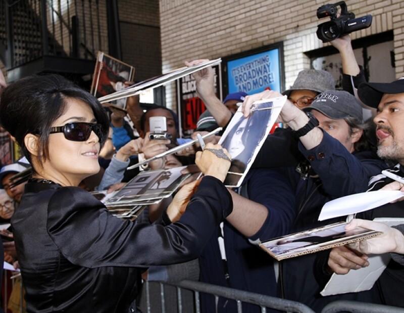 Salma se tomó el tiempo para firmar autógrafos y saludar a los fanáticos.