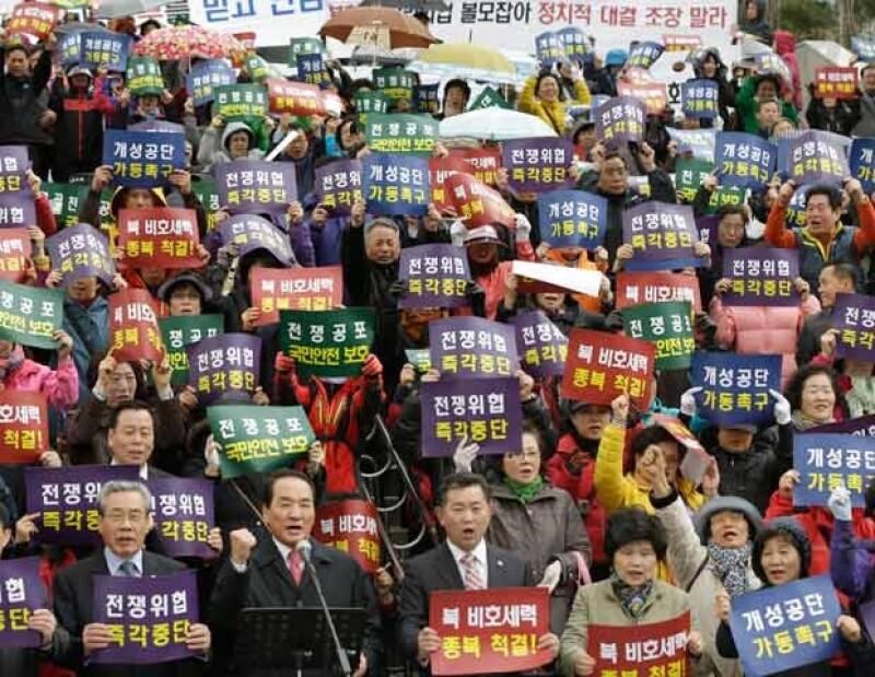 Manifestantes de Corea del Sur con pancartas en donde piden a Corea del Norte `Paren inmediatamente las amenzas de guerra´.