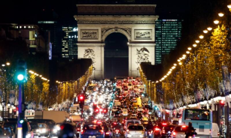 El Arco del Triunfo es iluminado con luces navideñas tras los ataques del 13 de noviembre. (Foto: Reuters)