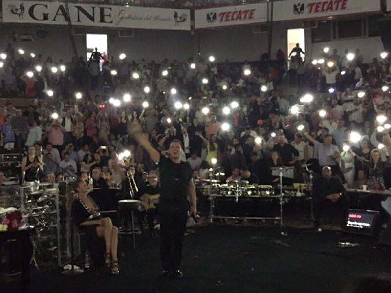 En un punto, las luces de celulares invadieron el recinto.