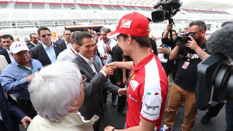 El piloto mexicano de la escudería Ferrari saludó al mandatario durante su recorrido.