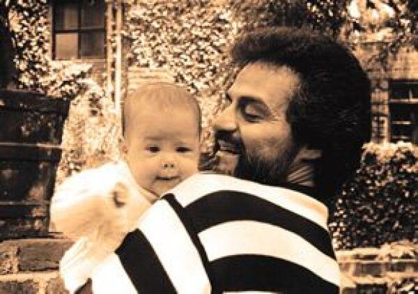 En 1989, desde que nació Zuria es la adoración de su papá, el actor Gonzalo Vega.