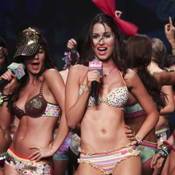 Modelos que lucen confecciones de la casa de diseño Leonisa se divierten en el escenario.