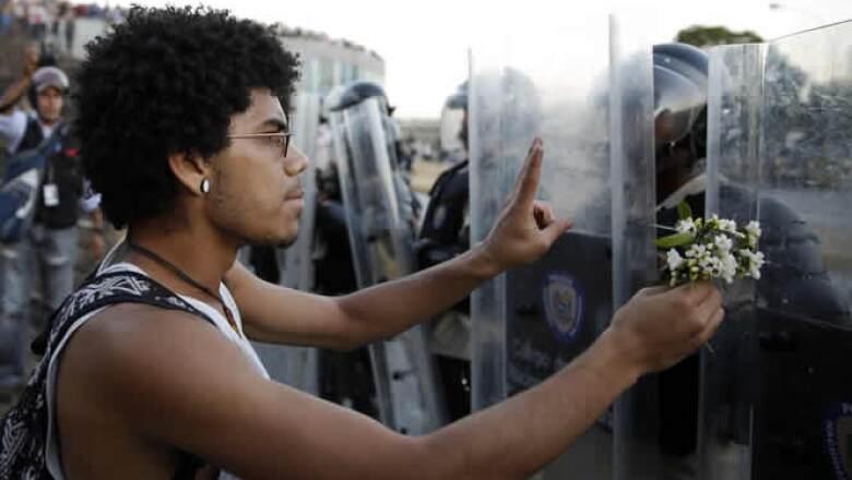 EU se dijo preocupado por la tensión e instó al diálogo y a la liberación de las personas detenidas.