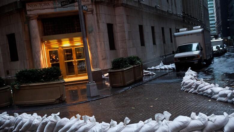 La Bolsa de NY sufrió su primer cierre por factores climáticos en 27 años. La plaza podría cerrar el martes también; si es así, será la primera vez desde 1888 que lo hace por dos días consecutivos por mal clima. Los mercados de bonos cerrarán el martes.
