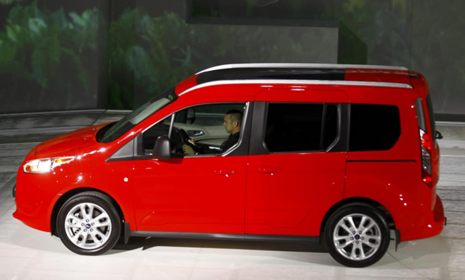 Esta minivan dirigida a los empresarios, cuenta con un motor de 275 caballos de fuerza y ofrece un rendimiento de combustible.