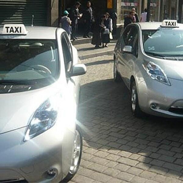 El Gobierno del Distrito Federal recibió de Nissan las primeras unidades Leaf: vehículos que destacan por ser 100%  eléctricos y, por lo tanto, emiten cero emisiones contaminantes.