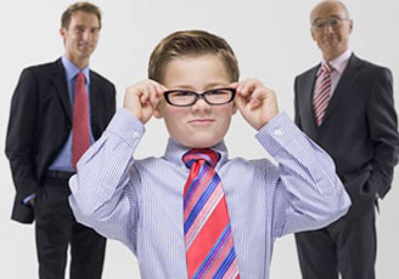 Si tu jefe más joven no está listo para el puesto, ayúdalo a aprender a estar a cargo.  (Foto: Fortune)