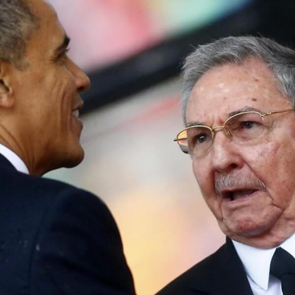 Barack Obama y Raul Castro estrechan manos en homenaje a Nelson Mandela