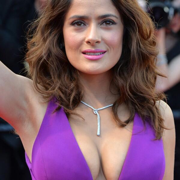 En la alfombra roja de Cannes 2015, Salma robó miradas con este escote.