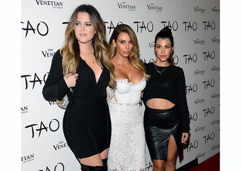 La socialité estuvo acompañada de sus hermanas, Khloé y Kourtney, quienes vistieron de negro para hacer resaltar el blanco de su vestido de encaje.
