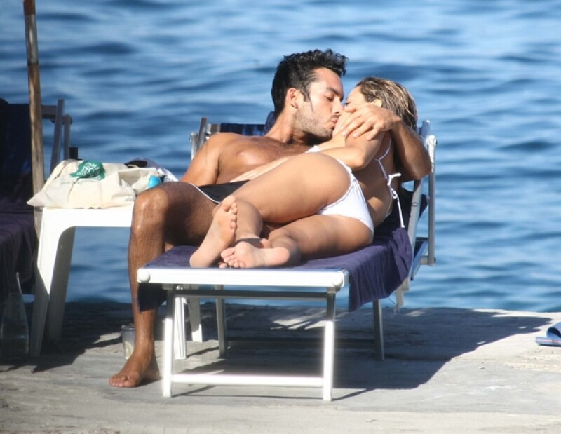Aaron y Lola se encuentran en Nápoles disfrutando del sol y el mar.