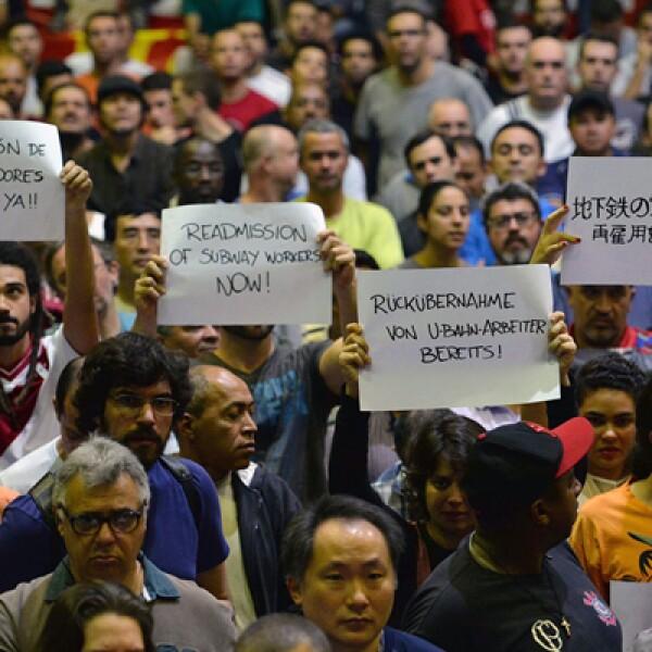 Los trabajadores del metro de Sao Paulo decidieron manifestarse el día de la inauguración mundialista en busca del reintegro de los funcionarios despedidos durante la huelga de cinco días que terminó en la noche del lunes.