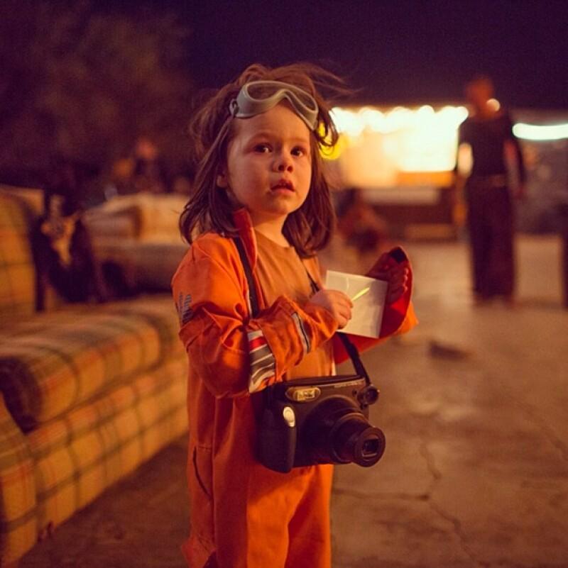 Su padre le regaló su primera cámara a los cuatro años, y desde entonces Haw ha tomado varias fotografías durante sus viajes con él.