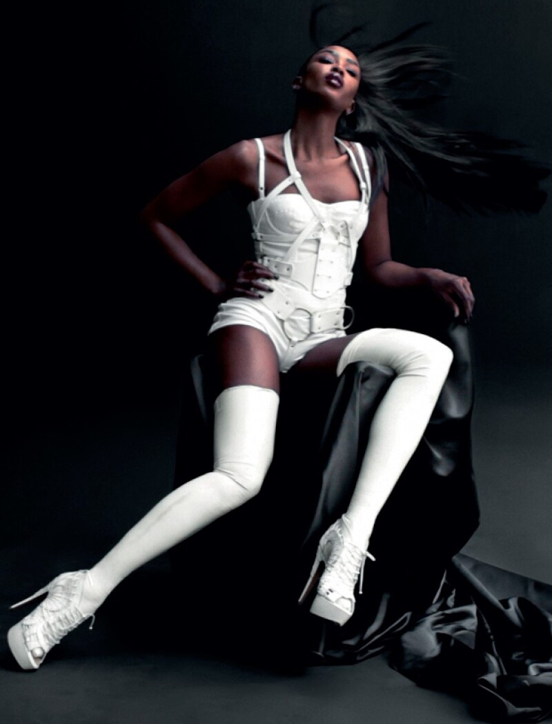 La supermodelo sacó a relucir su sensualidad con poca ropa y el toque del látex.