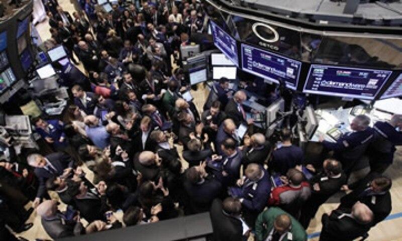 El público inversionista en Estados Unidos sigue muy escéptico del mercado bursátil después de haber sufrido dos quemazones en la última década. (Foto: AP)