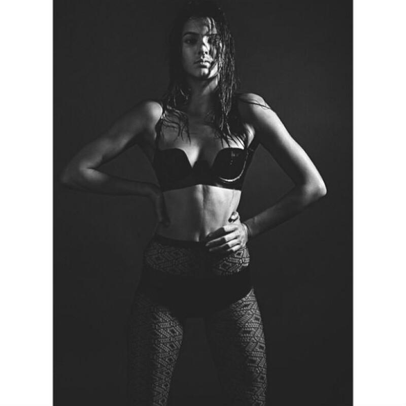 La modelo de 18 años luce su lado más sexy en la primera imagen a blanco y negro del shooting que realizó para The Love Magazine.