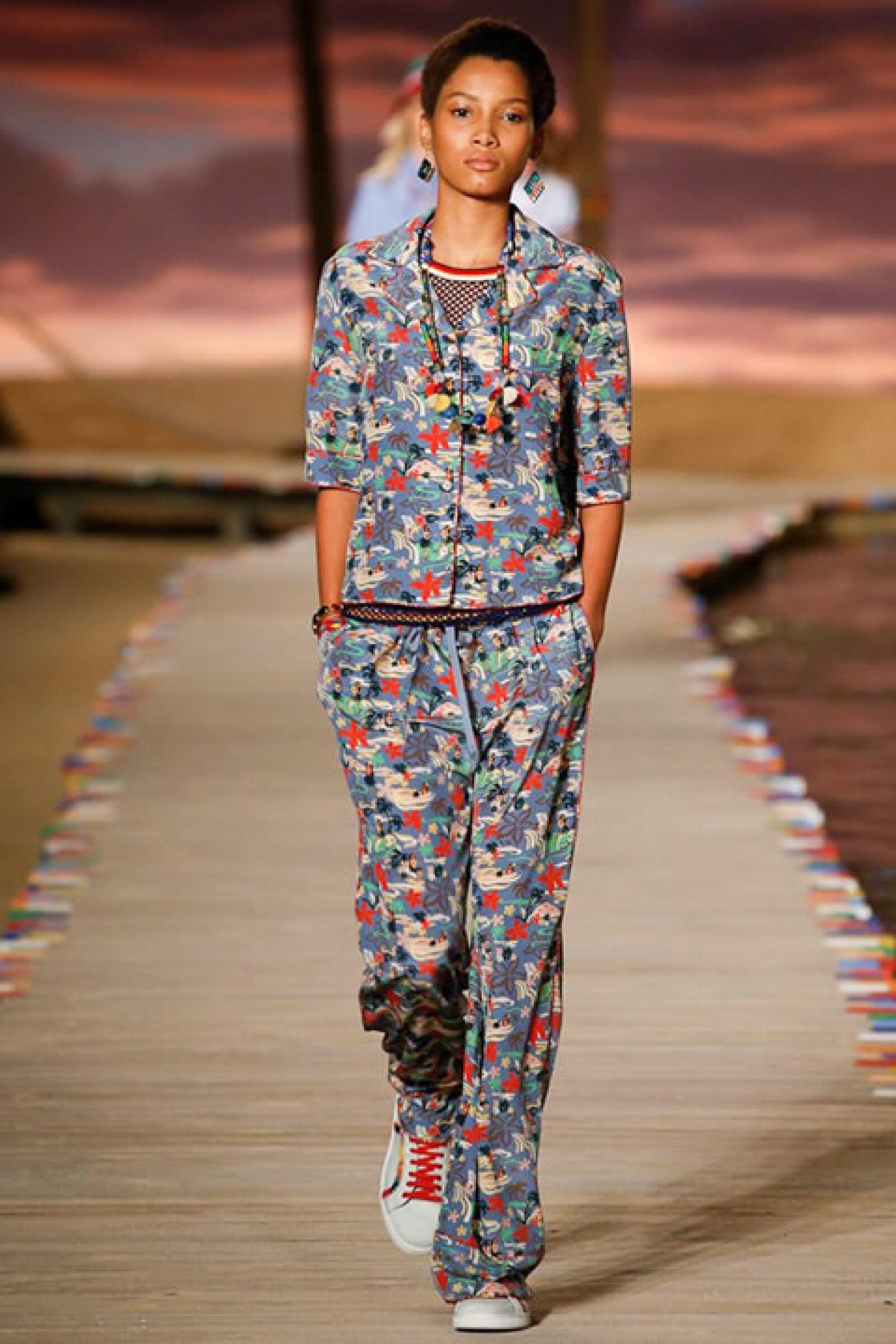 Traje tipo pijama con estampado tropical con sneakers de denim deslavado.